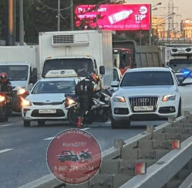 Легковушки зажали мотоцикл у Куркинского шоссе