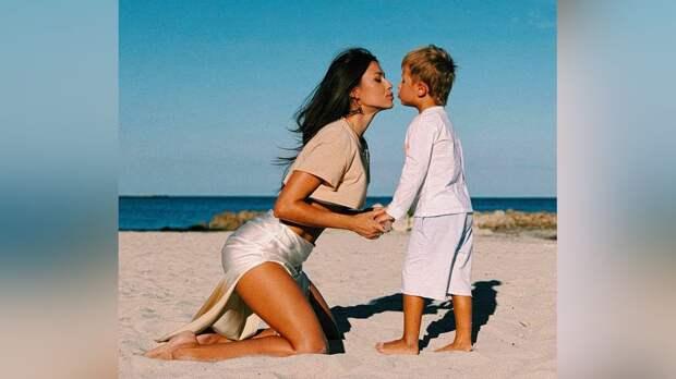 «Всем любви». Жена Малкина опубликовала забавное фото с сыном в масках для плавания