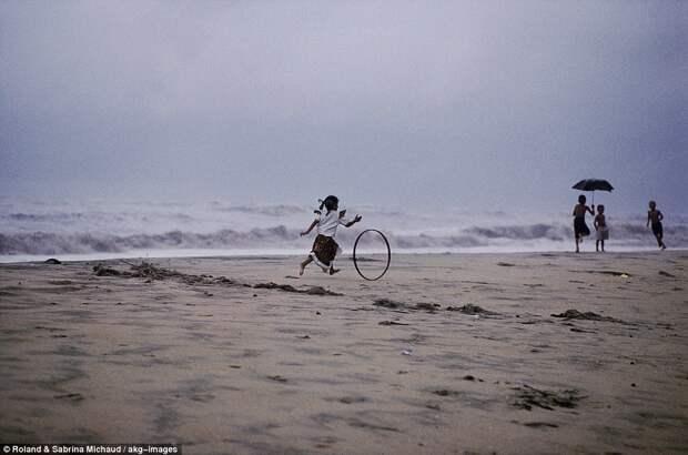 Девочка играет на пляже
