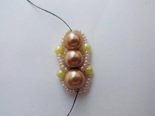Красивый браслет из бисера и бусин. Фото мастер-класс (12) (520x390, 96Kb)