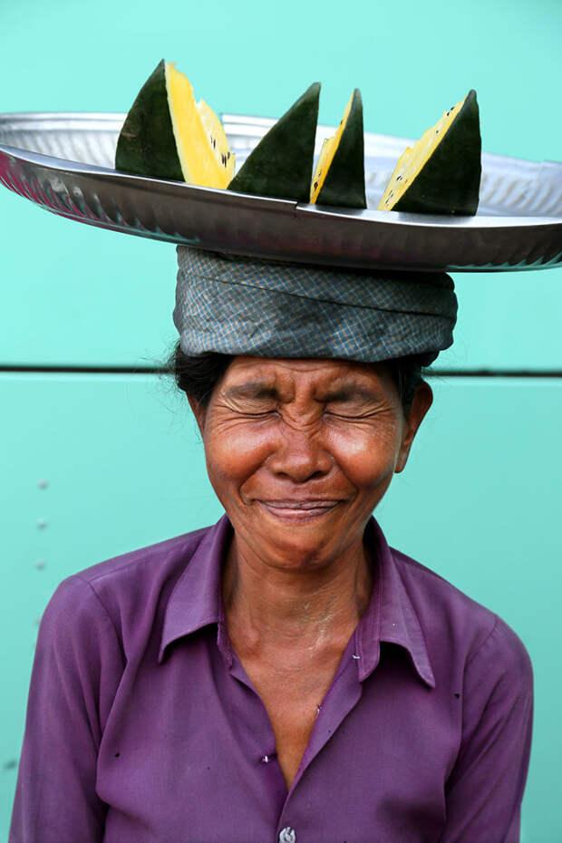 Портрет женщины на базаре в Янгоне, Мьянма вокруг света, путешествия, фотография