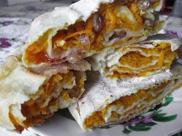 Готовый пирог имеет тонкую хрустящую корочку, густо посыпанную сахарной пудрой. Объедение!