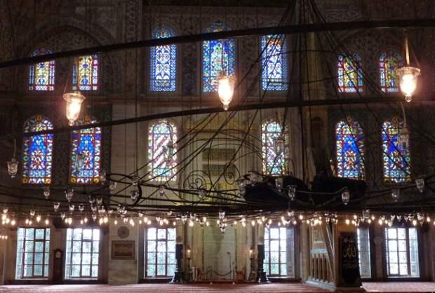 Свет, попадающий внутрь мечети через 260 окон с цветными витражами, создает мистическое настроение.