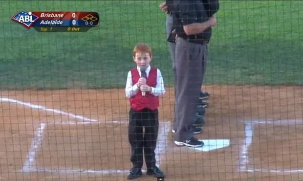 Икающий мальчик спел перед полным стадионом