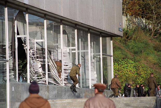 Мятежники у здания Московской мэрии, 1993 год