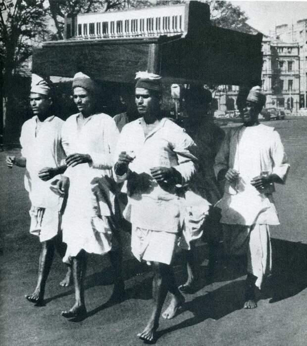 Мужчины из Бомбея демонстрируют, как легко переносить пианино