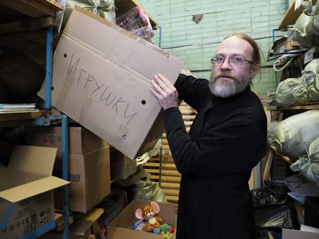 Священник Платон Мурашкин разбирает пожертвования для нуждающихся/Фото Ольги Чумаченко