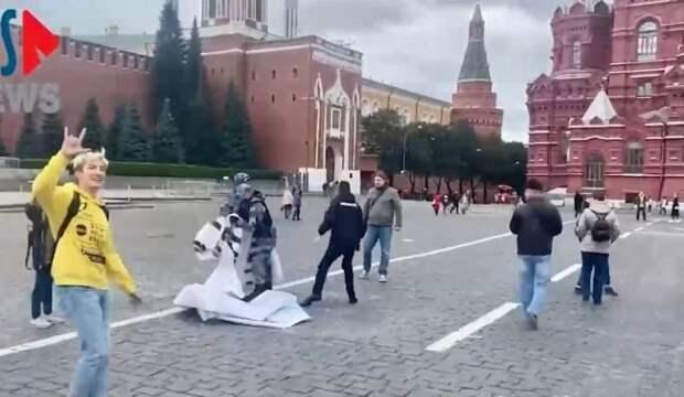 На Красной площади в Москве развернули баннер «Свободу Навальному! Путина в тюрьму!»