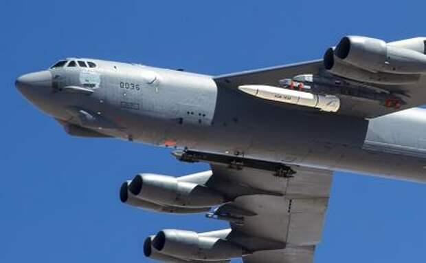 На фото: B-52 из EDW несет актив ARRW IMV для своего первого полета над базой ВВС Эдвардс.
