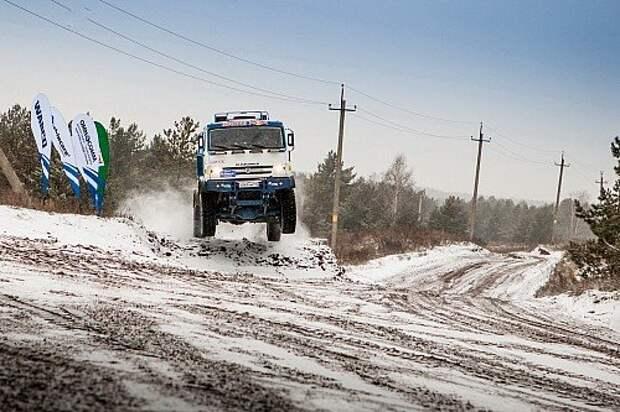 Президент Татарстана даже сел за руль гоночного КАМАЗа, чтобы лично протестировать технику. Рустам Минниханов сам участвует в гонках, в том числе на грузовиках: в свое время на спортивном КАМАЗе он одержал шесть побед на различных международных соревнованиях.