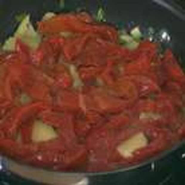 Консервированный перец нарезать полосками, выложить к картофелю с луком и все перемешать.