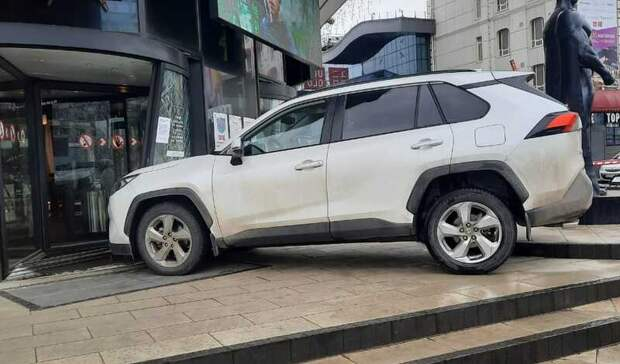 Пьяный водитель протаранил вход вТРЦ «Горизонт» вРостове