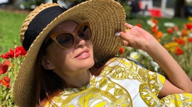 Целует в губы! Эвелина Блёданс отдыхает в Крыму в компании известного певца