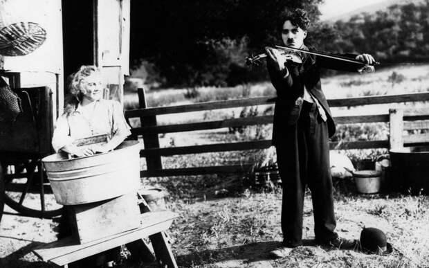 Чарли Чаплин брал уроки игры на скрипке.