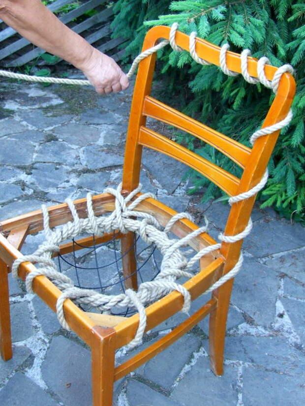 Концами верёвки оплетаем спинку