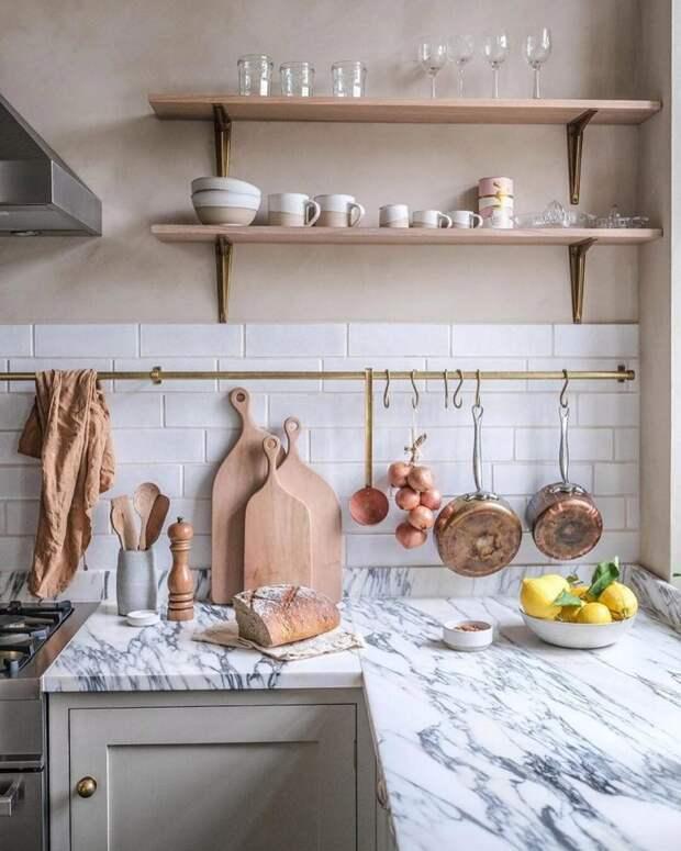 Рабочая зона на кухне прямо у окна: 7 потрясающих дизайн-идей