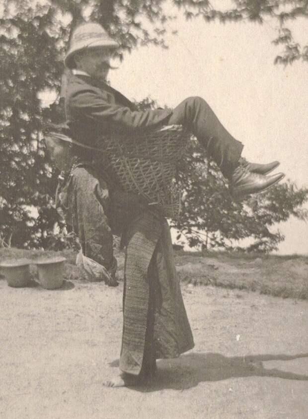 17. Колонизатор-купец использует местную женщину в качестве транспорта. Бенгалия, Британская Индия. 1903 год. исторические фотографии, история, фото
