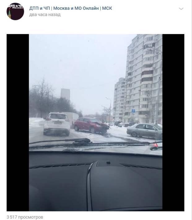 На Дубнинской улице столкнулось два автомобиля