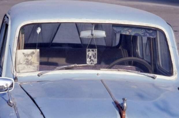 Зачем в позднем СССР шофёры вешали в кабинах фото Сталина?