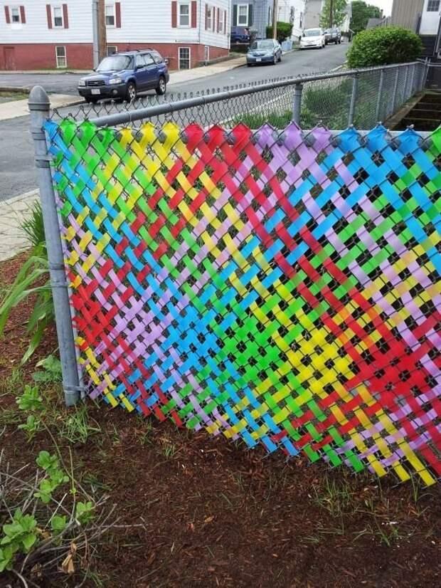 Яркие пластиковые ленты, цветной скотч, нитки и т.п. - и у вас невероятная красота Фабрика идей, дача, забор, сетка Рабица, украшение