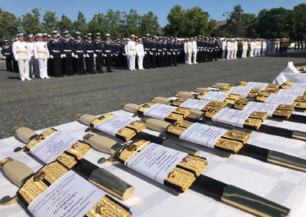 Главком ВМФ России поздравил выпускников высших военно-морских образовательных заведений Военного Учебно-Научного Центра ВМФ на Якорной площади Кронштадта