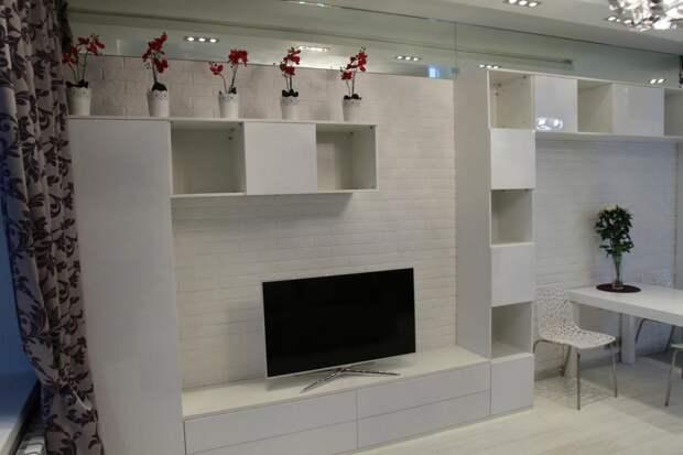 Белая мебель для гостиной, навесные полки, тумба под телевизор