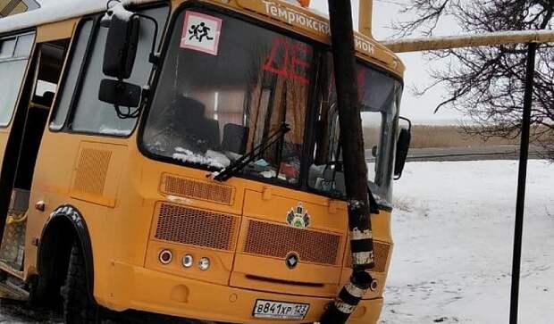На Кубани школьный автобус попал в ДТП из-за гололеда