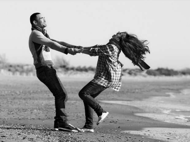 обои Счастливая пара бесится на пляже девушки. . Картинки для рабочего стола
