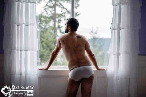 Пикантная фотосессия мужчины как насмешка над стереотипными будуарными фотографиями