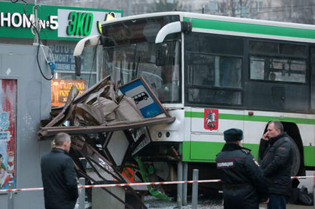 Снова! Автобус врезался в остановку общественного транспорта