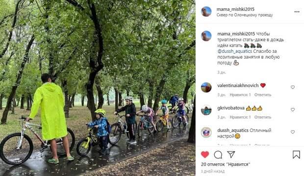 Фото дня: велосипедисты встретили дождь в сквере по Олонецкому проезду
