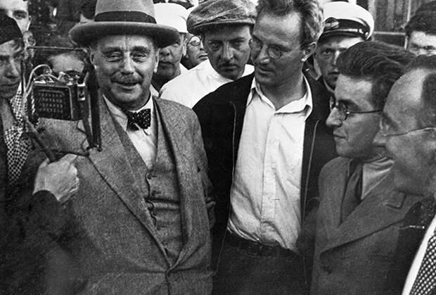 Герберт Уэллс выступает перед встречающими в аэропорту во время его пребывания в Советском Союзе, 1934 год