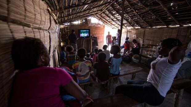 В единственной части гостиницы, где есть электричество, житель организовали маленький «кинотеатр». Дети и взрослые приходят сюда, чтобы посмотреть телевизор.