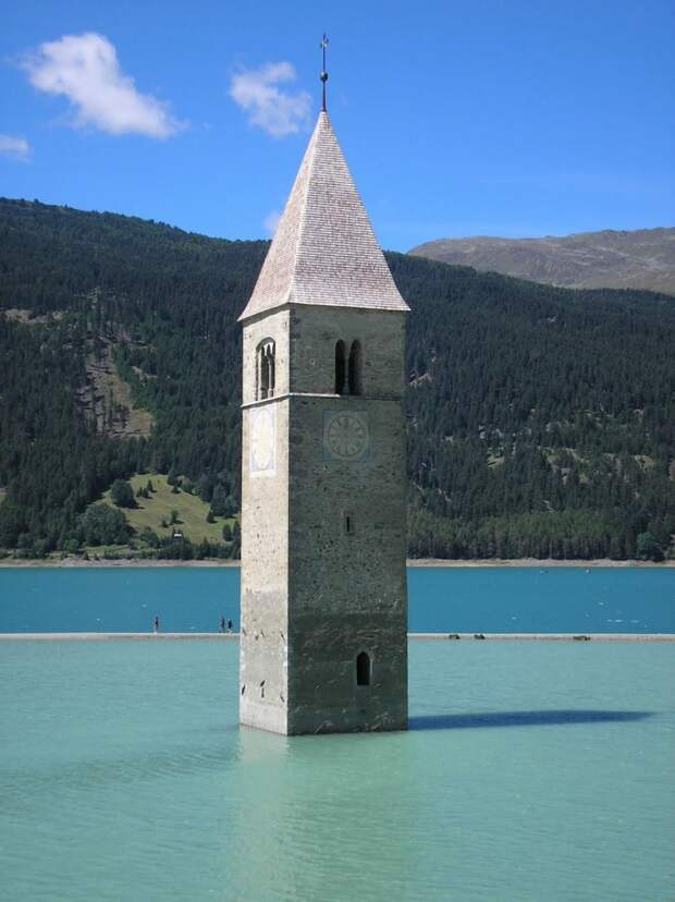 Колокольня в озере