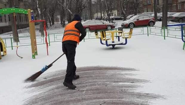 Более 15 тыс дворников убирают снег в Подмосковье днем во вторник