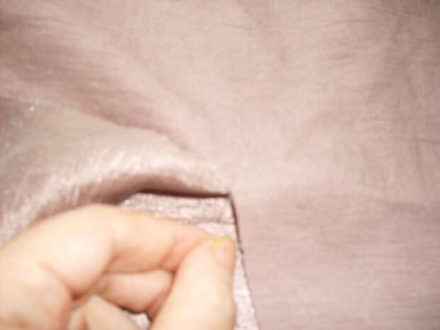 Итак, отмеряем линейкой и мелом необходимую нам длину. Делаем надрез ткани перпендикулярно кромке. Затем аккуратно выдергиваем ниточку, которая идет по утку. Получаем ровную «дорожку». Аккуратно режем ткань. Получаем необходимый нам идеально ровный отрезок ткани.