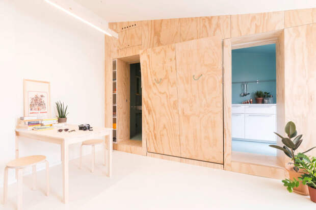 Интерьер квартиры - светлая гостиная и бирюзовая кухня