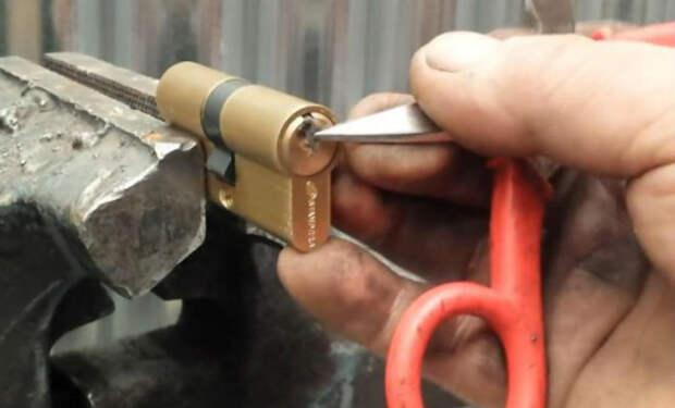 Мастер показал, как вытащить из замка сломанный ключ. В половине случаев достаточно ножниц