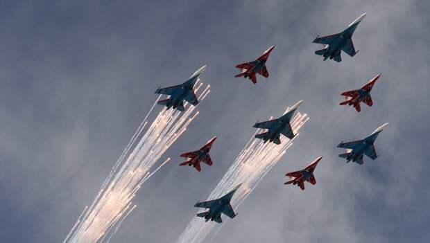Многоцелевые истребители Су-27 пилотажной группы Русские Витязи и МиГ-29 пилотажной группы Стрижи во время военного парада в ознаменование 70-летия Победы в Великой Отечественной войне