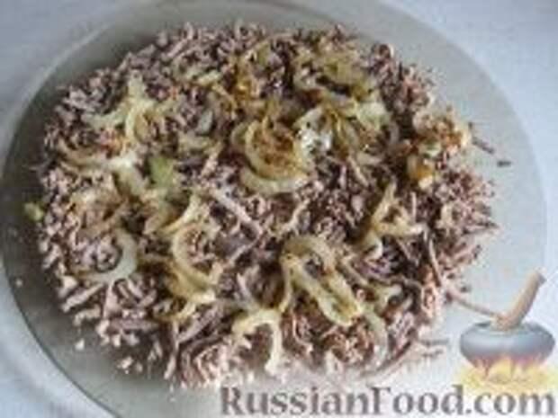 Фото приготовления рецепта: Салат слоеный из печени - шаг №9
