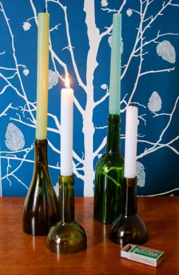 Пустые винные бутылки могут стать оригинальными подсвечниками для дома.