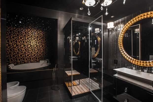 Роскошная ванная комната с круглым зеркалом и люстрой