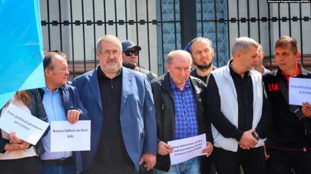 Под посольством РФ собрались экстремисты. Чубаров угрожает уничтожить Россию