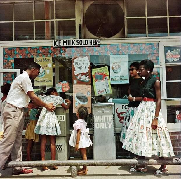 Афро-американцы у уличных питьевых фонтанчиков с надписями Только для белых и Только для цветных