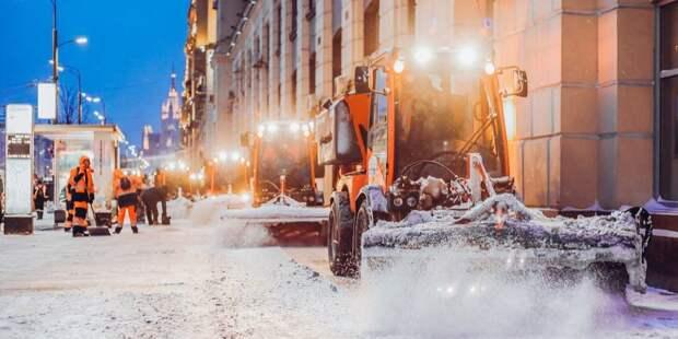 Опасный снег был вывезен с газона на Соболевском