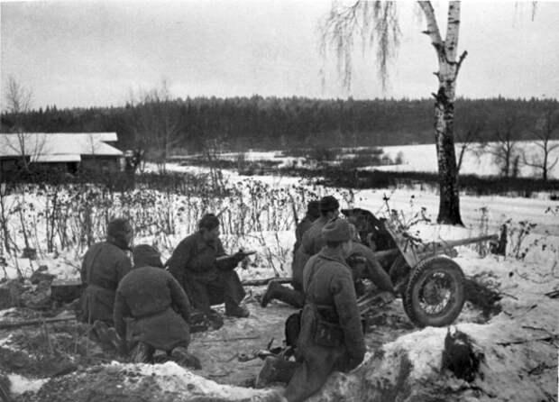 Ноябрь 1941 года. Расчет противотанковой пушки держит оборону на подступах к Москве.