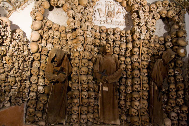 13 удивительных и жутких зданий, построенных из черепов и костей