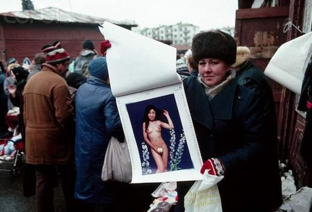 Женщина продает календарь с обнаженными девушками. Москва, 1 декабря 1991 года