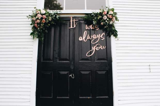 Дверь с надписью