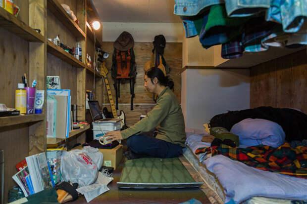 Шокирующие образы людей, живущих в крошечных отсеках в Японии